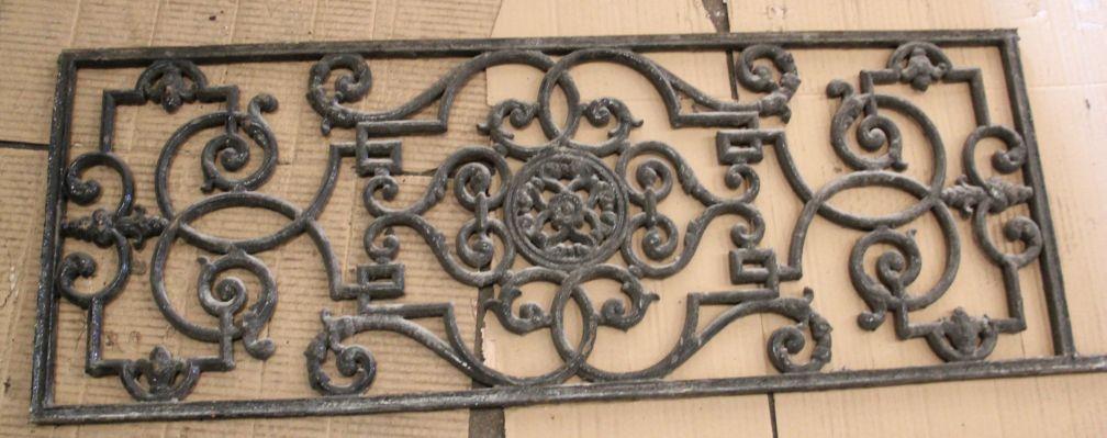 M daillon dans fer forg d 39 une balustrade de fen tre for Histoire de la fenetre